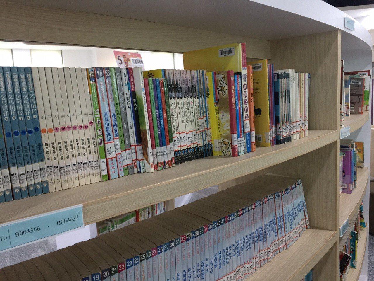 「卓永統紀念圖書館」,書籍多元化。記者郭宣彣/攝影
