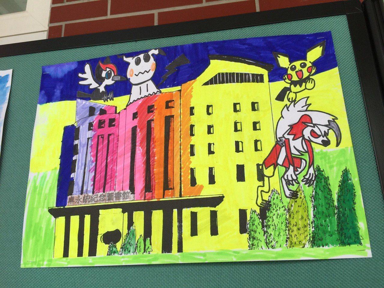 六家國小學生,以「卓永統紀念圖書館」外型為輪廓,畫出夢想中的圖書館。記者郭宣彣/...