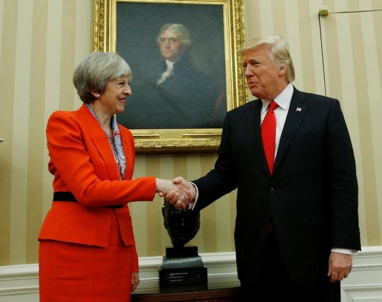 美國總統川普(右)和英國首相梅伊1月27日在白宮會晤。路透
