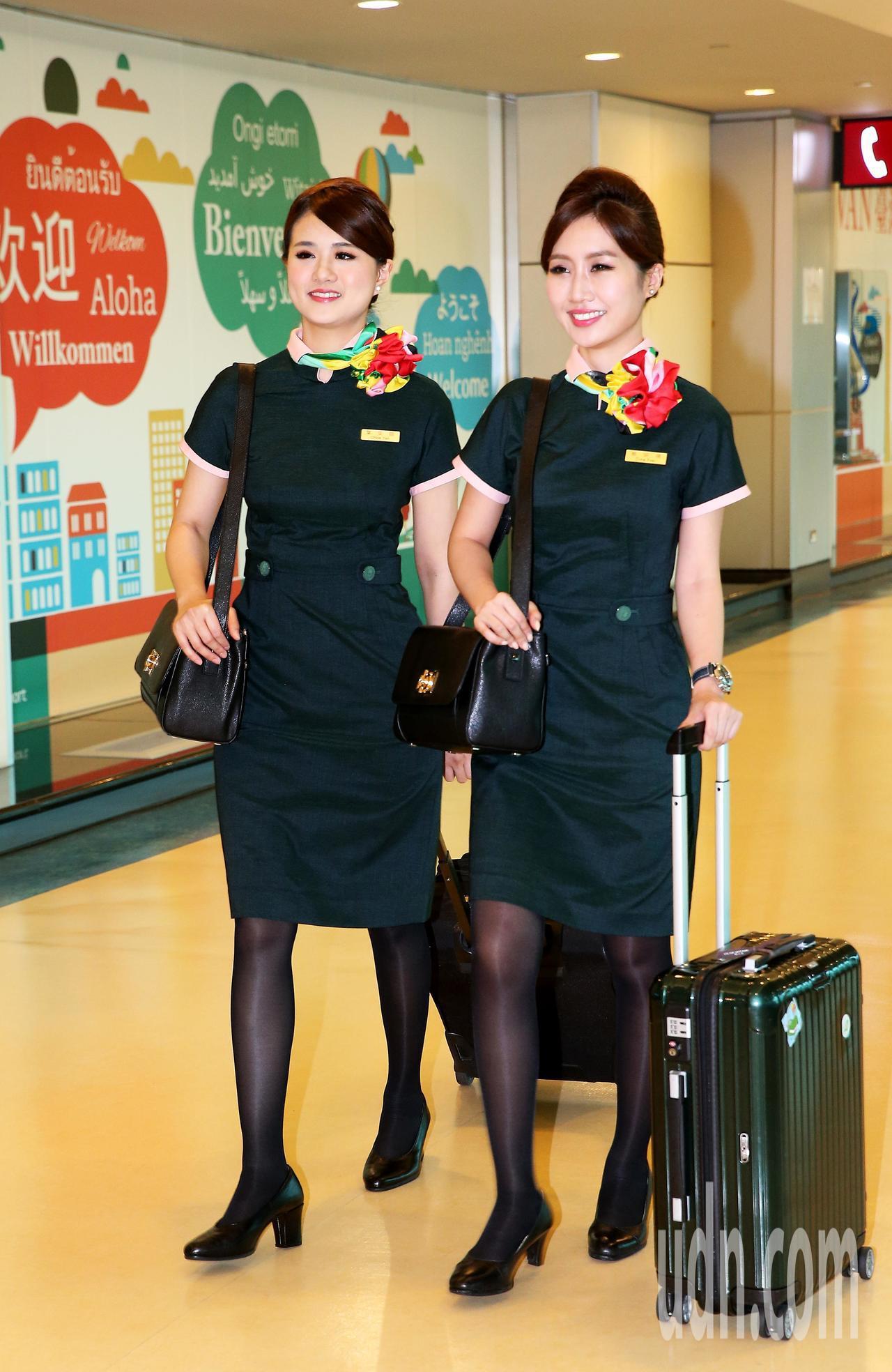以「碧璽綠」為主要色調的長榮航空公司第3代新制服,30日正式亮相,展現長榮航空企...
