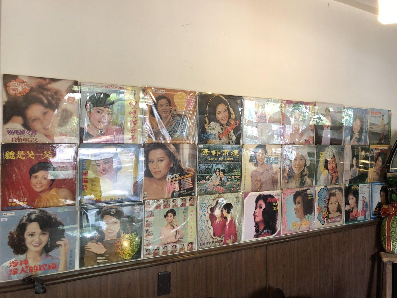 中興新村的「1963時光機」咖啡館,牆壁用珍貴的黑膠唱片做裝飾,相當有特色。記者...