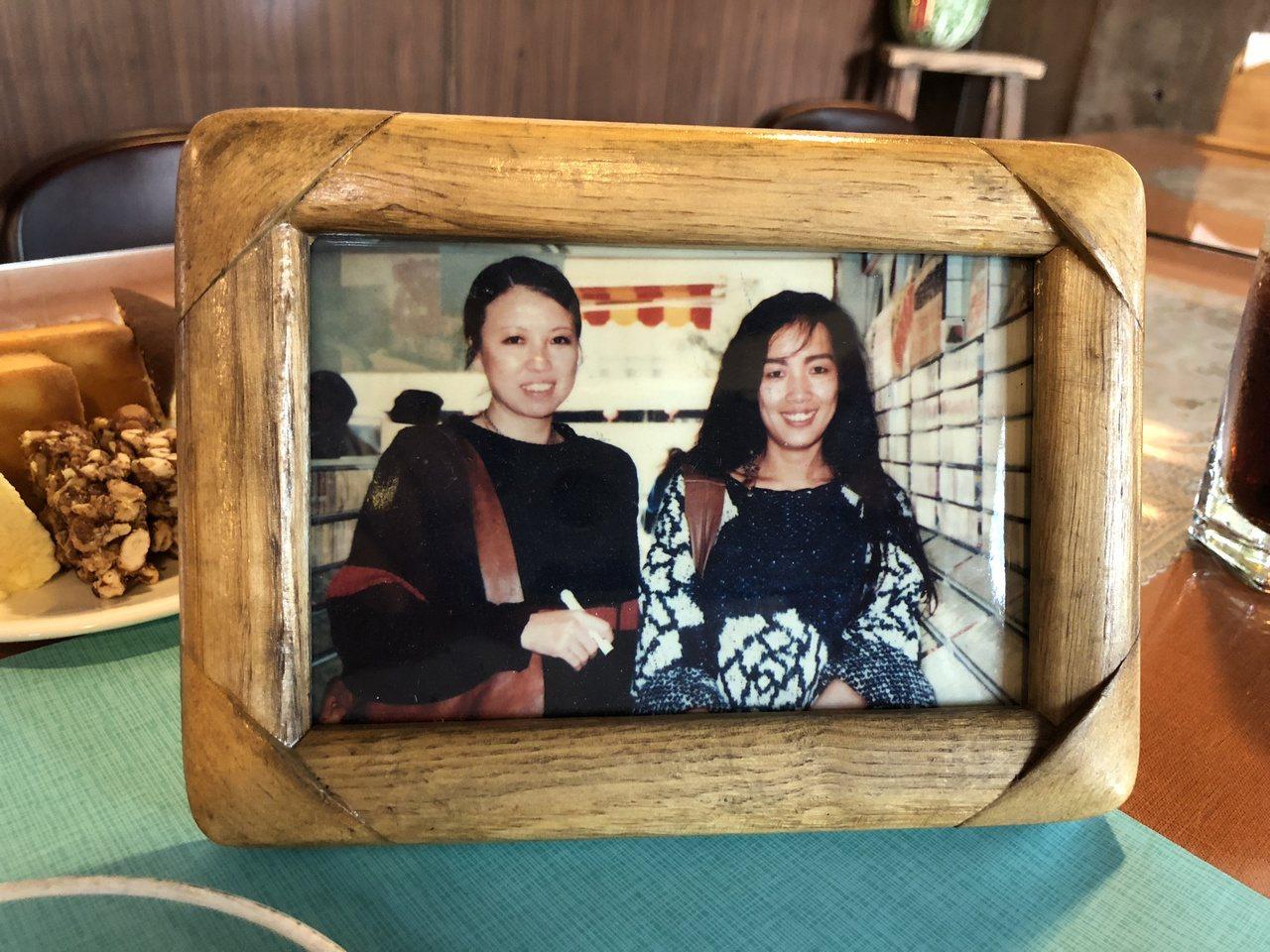 王俊升珍藏民歌「橄欖樹」歌手齊豫(右)和作詞者三毛(右)在台中市唱片行合照的珍貴...