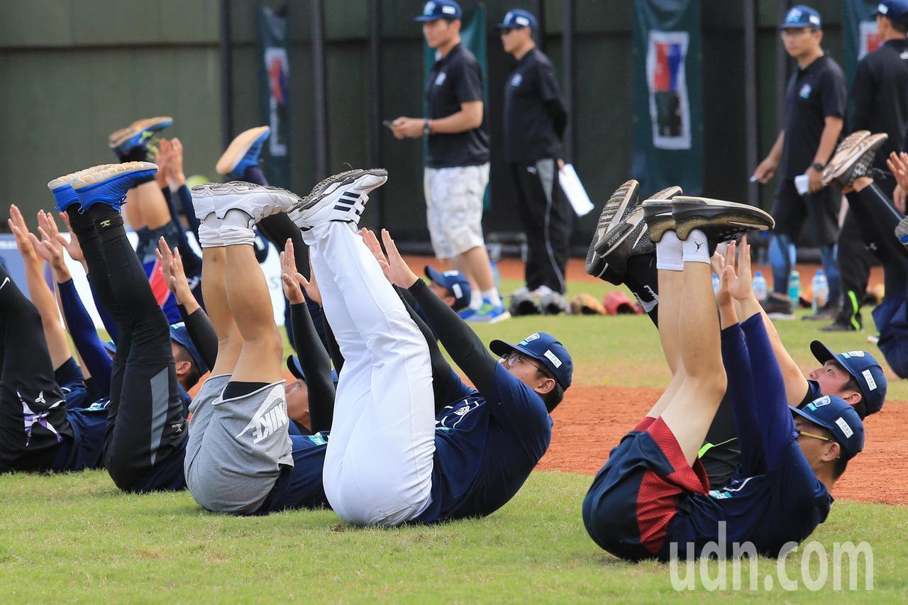 中華職棒舉辦棒球專業訓練營,學員們上課前進行暖身運動。記者林伯東/攝影