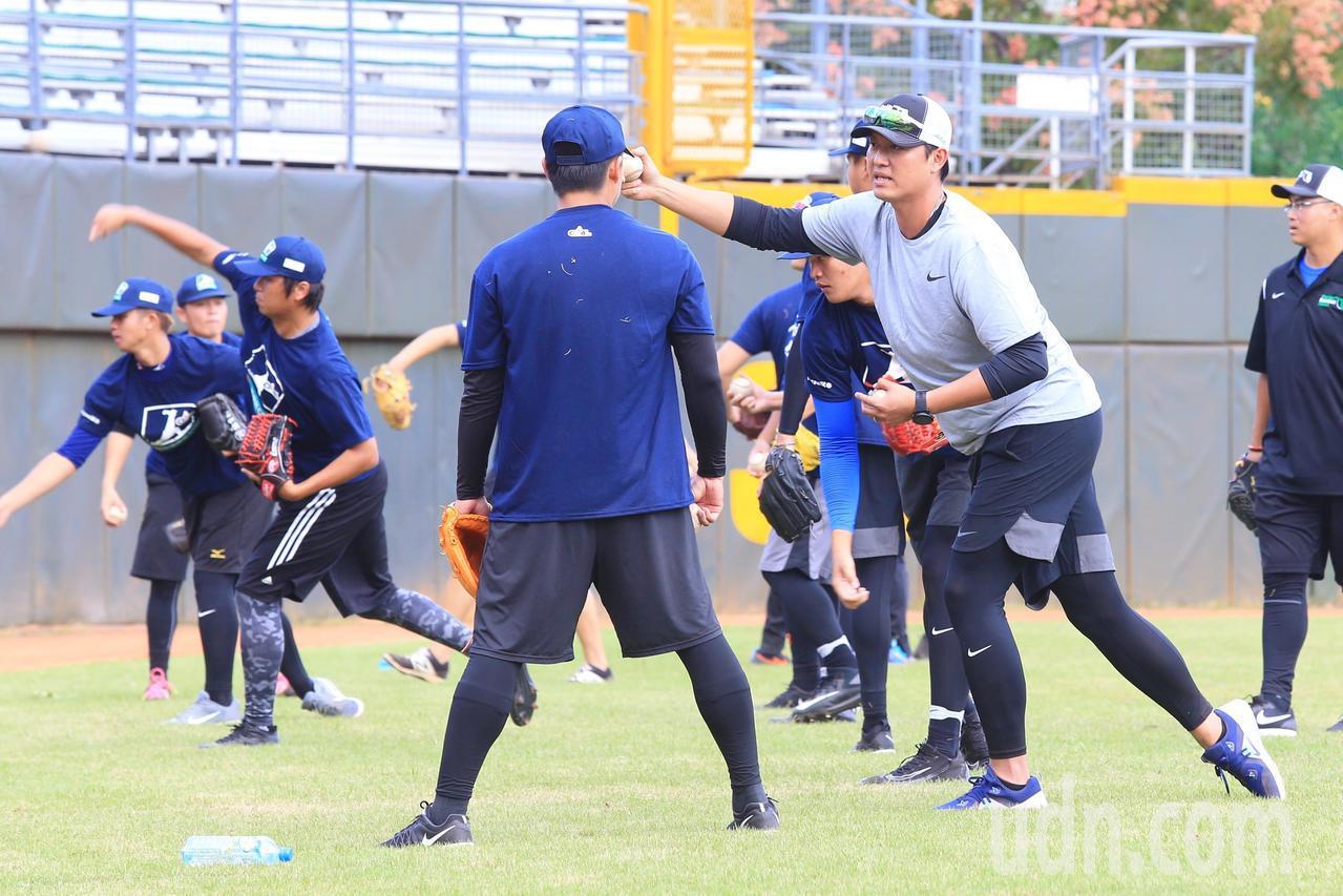 中華職棒在天母棒球場舉辦棒球專業訓練營,旅美球星王建民(右二)出席擔任講師,指導...