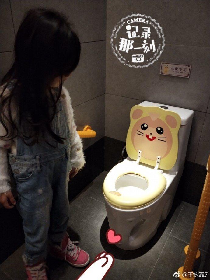 小泡芙喜歡跟兒童馬桶合照。圖/摘自微博