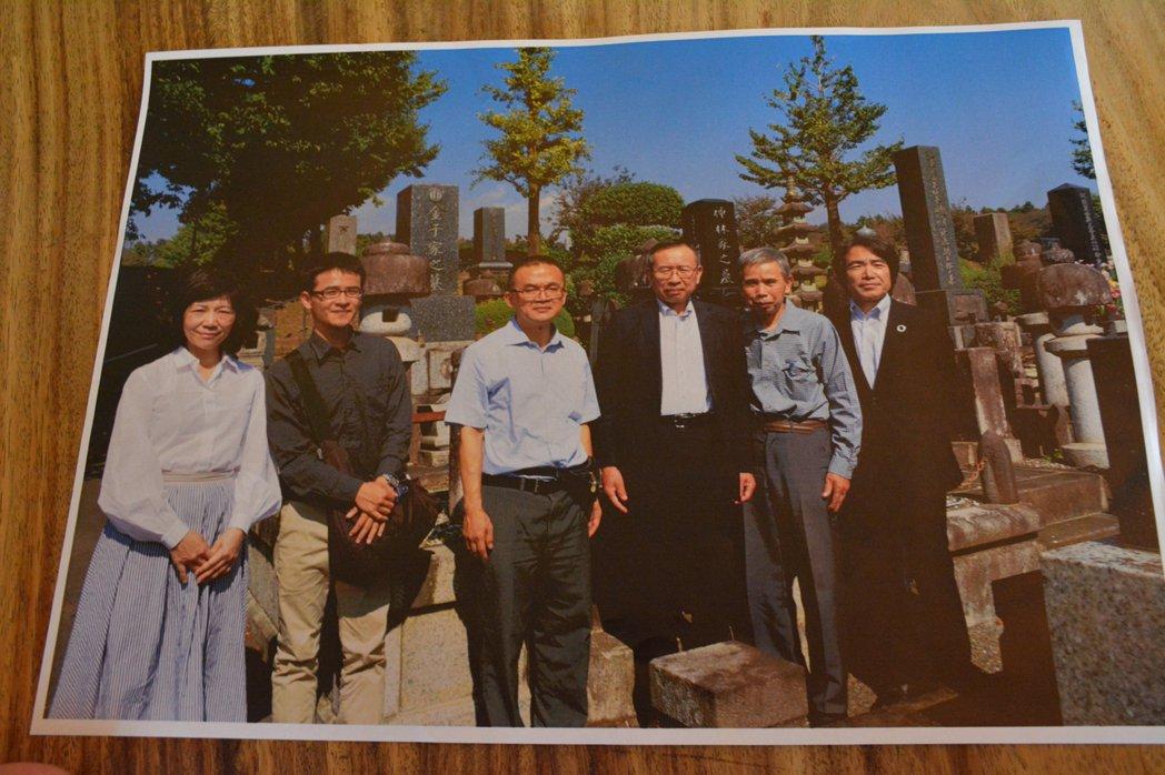 王麗玲(左起)、蔡宗霖與康文榮前往日本群馬縣金子昌太郎的家鄉,由其孫子陪同前往墓...