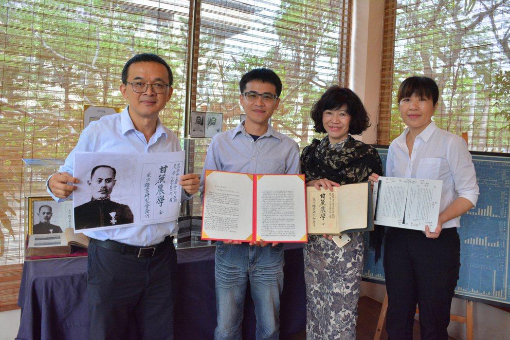 文史工作者康文榮(左起)、蔡宗霖和葉陶楊坊人文餐廳董事長王麗玲,自費走訪日本取得...