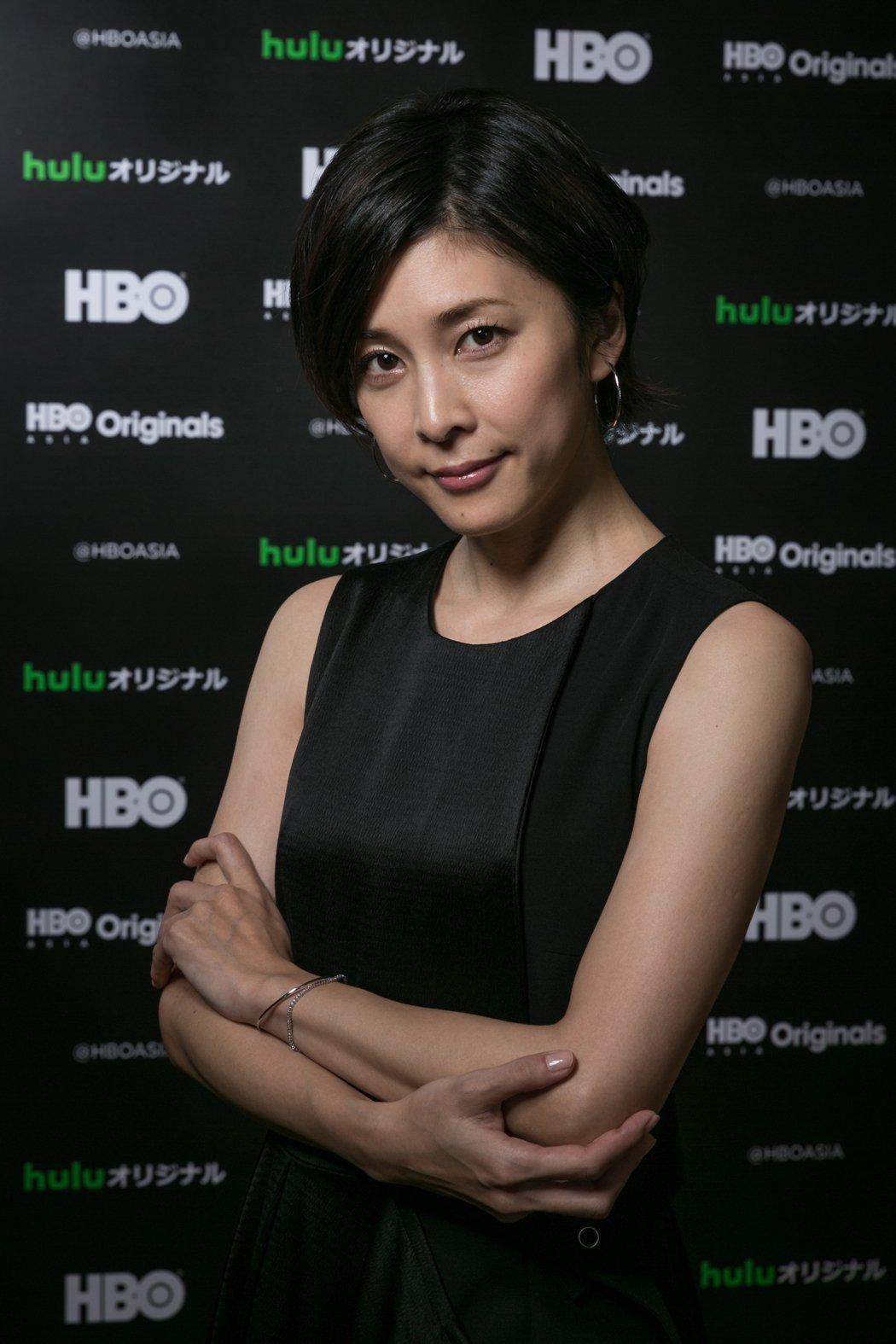竹內結子化身日版福爾摩斯。圖/HBO Asia提供