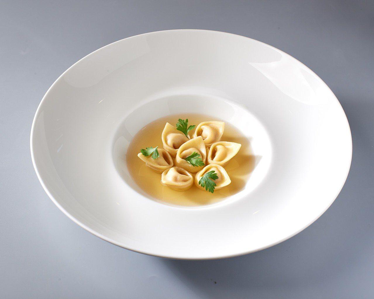 義大利麵餃佐澄清湯。圖/新光三越提供
