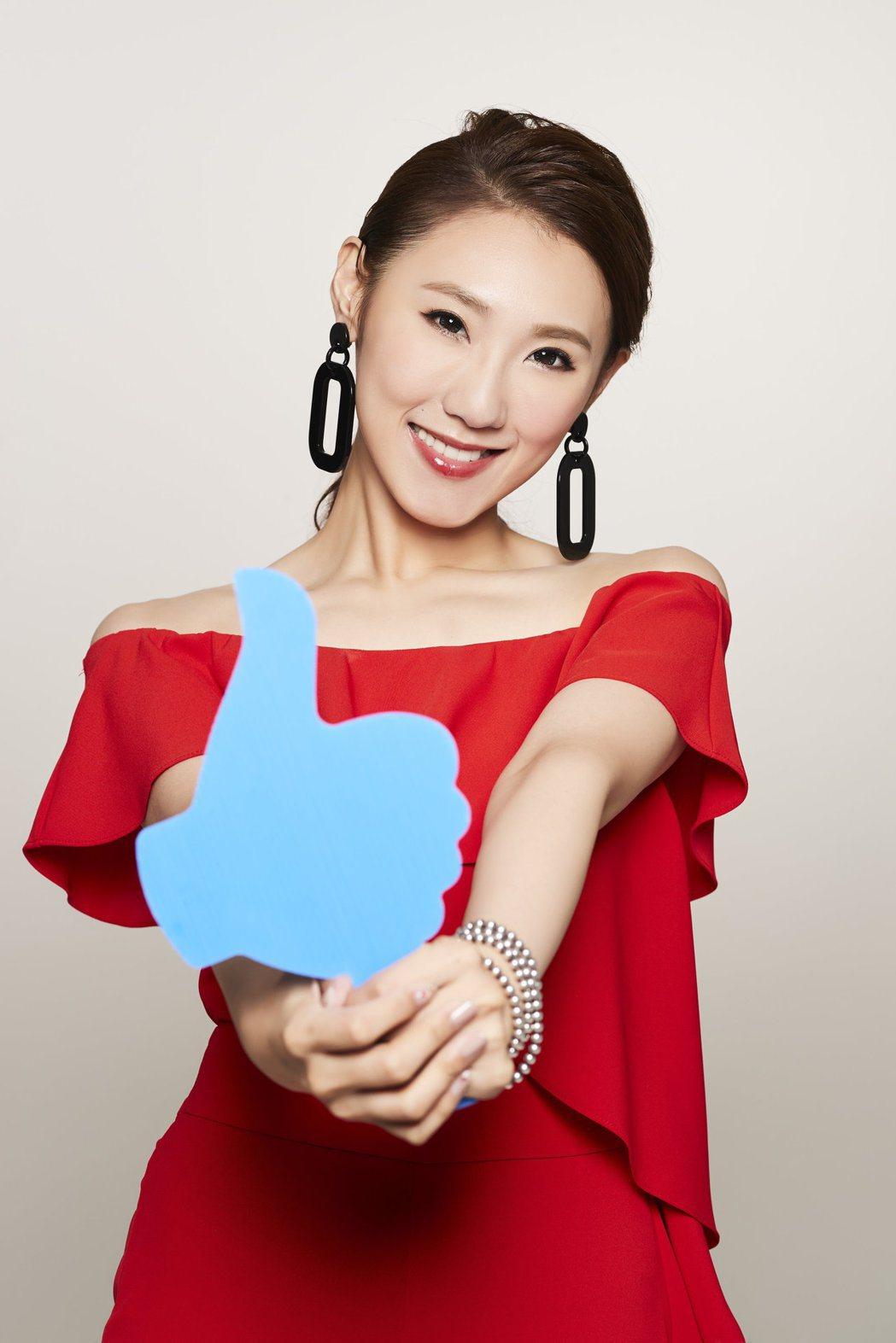 謝金晶推出台語新專輯「放心」,新造型一身紅。圖/豪記唱片提供