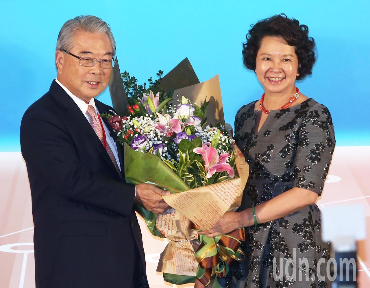 金仁寶集團董事長許勝雄(左)今天獲頒「潘文淵獎」,夫人親自獻花。記者胡經周/攝影