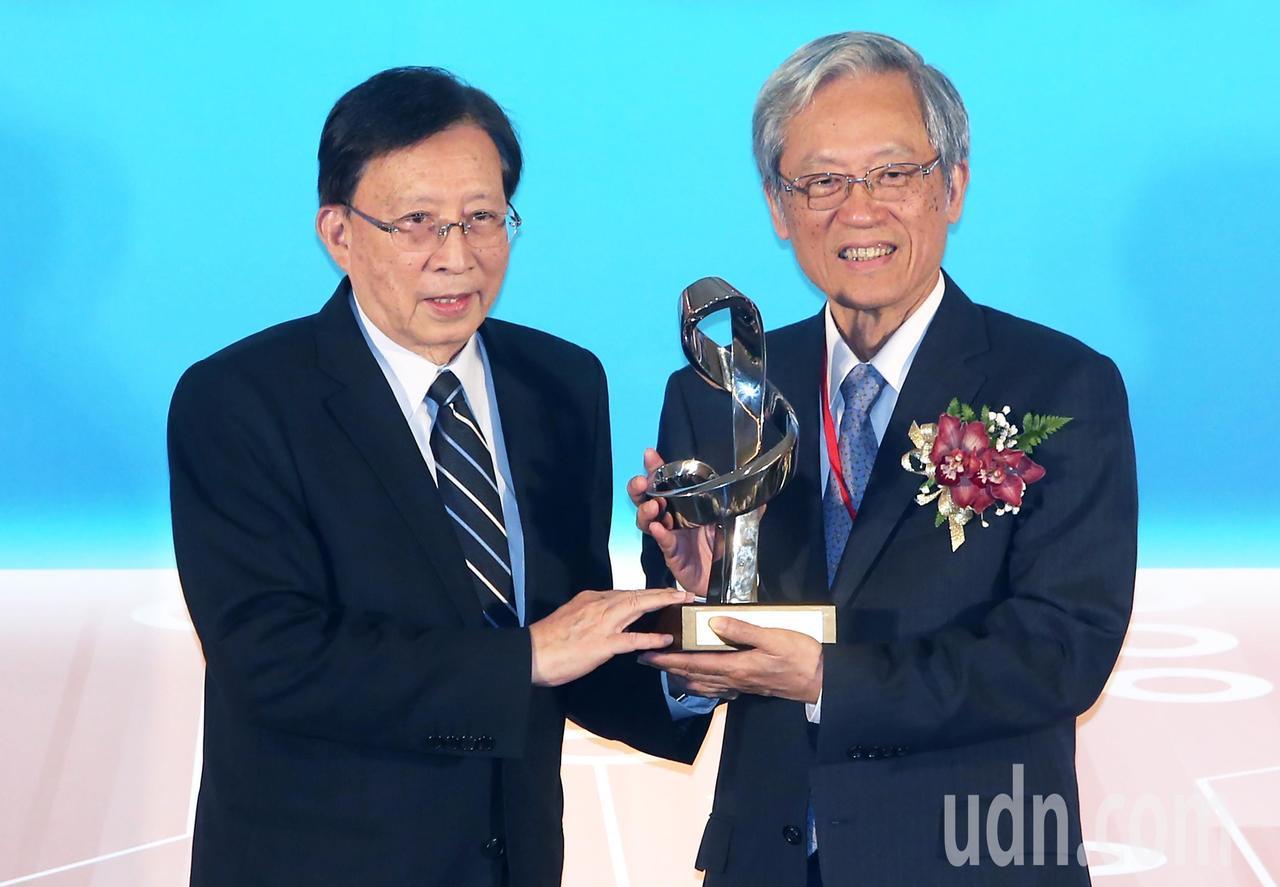 清華大學講座教授史欽泰(右)則獲頒特別獎,由本屆評審召集人中華文化永續發展基金會...