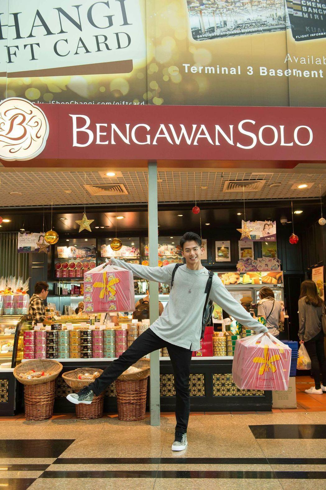 吳念軒到新加坡採買綠蛋糕。圖/TVBS提供