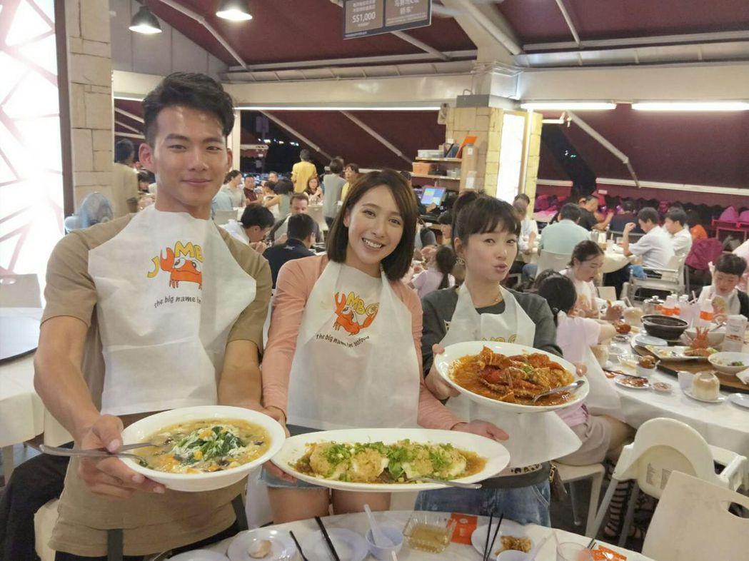 六月(右起)、楊晴、吳念軒大啖新加坡美食。圖/TVBS提供