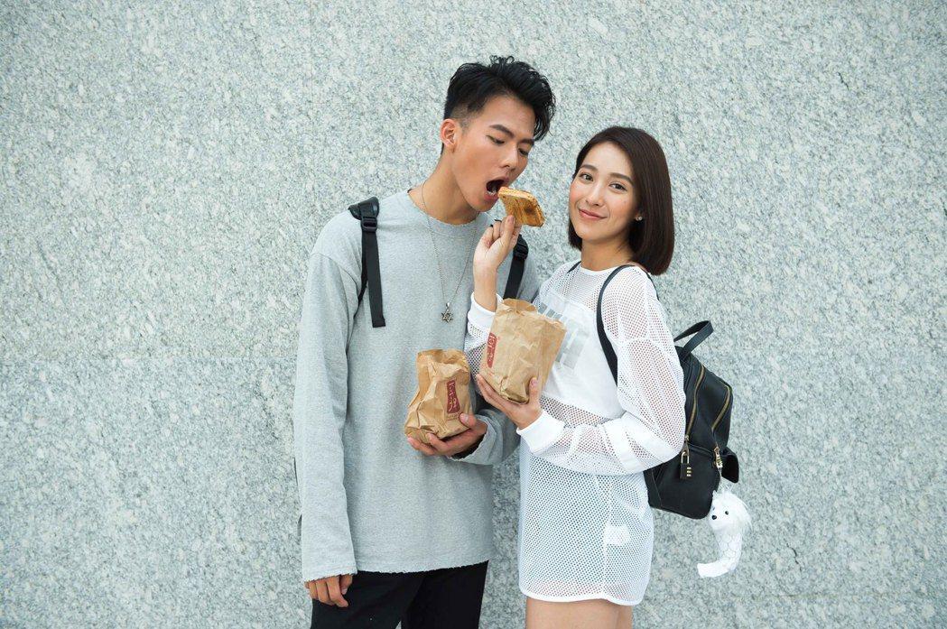 吳念軒(左)、楊晴在新加坡收到粉絲送的早餐。圖/TVBS提供