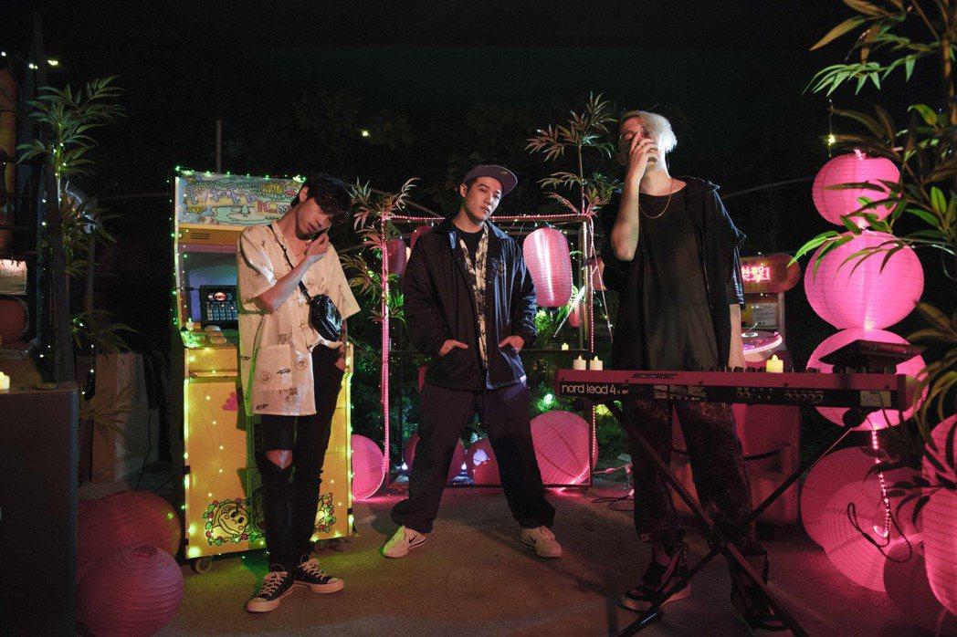 左起JO$H BEAT$、熊仔、剃刀蔣合作推嘻哈音樂。圖/龍虎門提供
