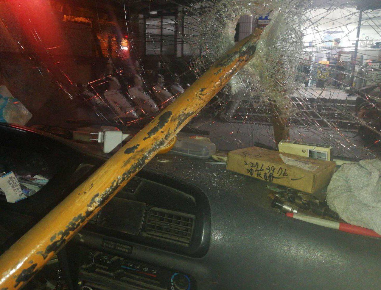鐵條插進駕駛艙,嚇壞陳姓司機。 記者林昭彰/翻攝