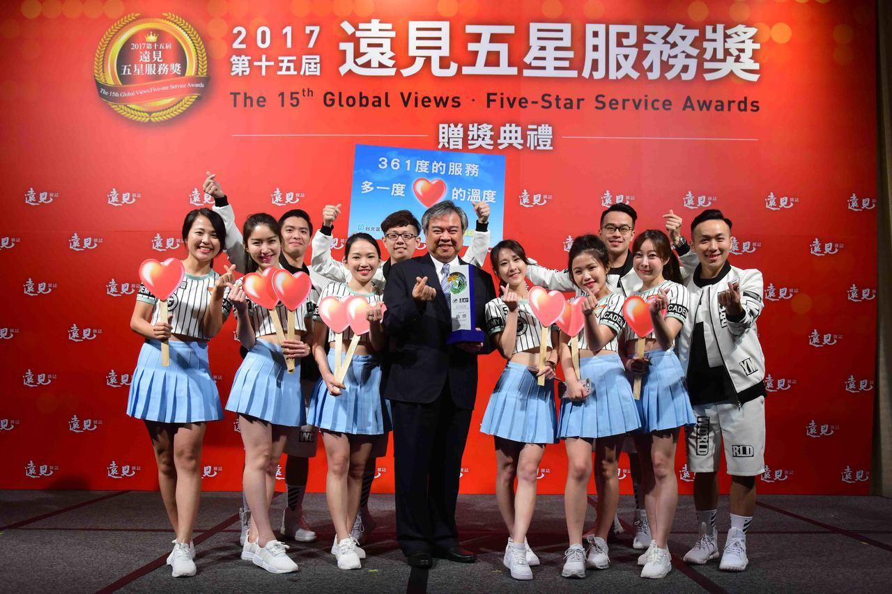 台北富邦銀行以「361度的服務,多一度『心』的溫度」,榮獲《遠見》雜誌「第一線服...