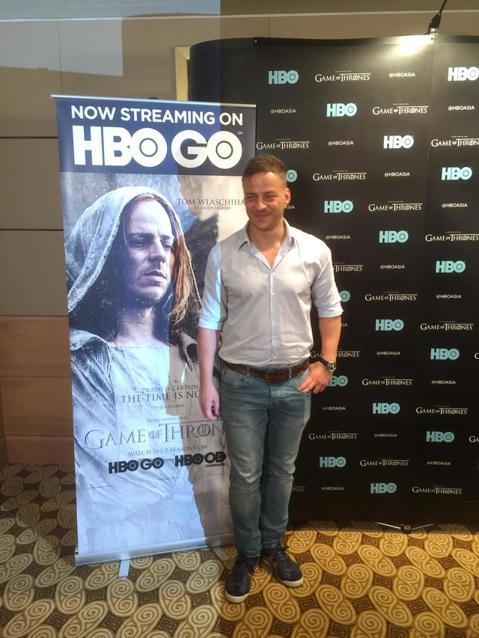全球最夯大戲「冰與火之歌:權力遊戲」,不管主角、配角,只要參與其中的演員都能夠知名度往上翻倍,飾演最神秘「無面者」賈昆赫加爾的德國男星湯姆弗拉齊哈也不例外,他這兩天來新加坡出席HBO Asia的25...