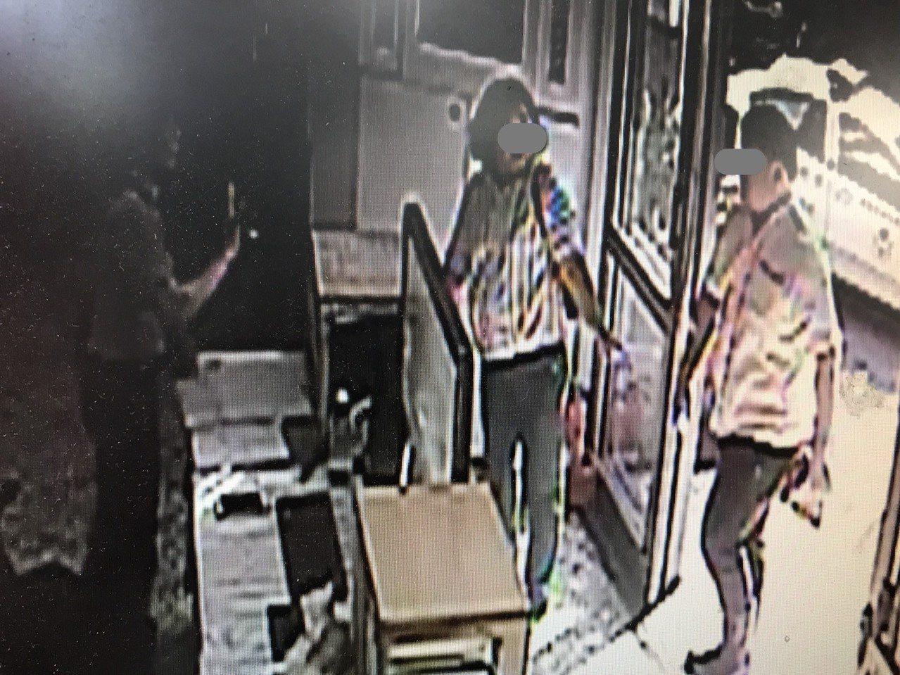 被打的店員李男(右)昨天下午在家人陪同下到派出所。記者劉星君/翻攝