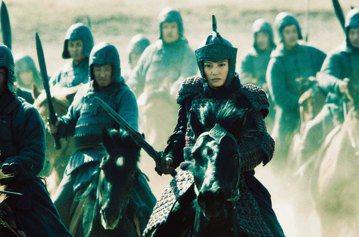 迪士尼公布真人版「花木蘭」將由大陸女星劉亦菲飾演,引起全球媒體爭相報導。其實「花木蘭」代父從軍的故事,在1998年由迪士尼改編成動畫片之前,也曾多次在華人影視界中被改編成電影或電視劇。最早的版本可以...