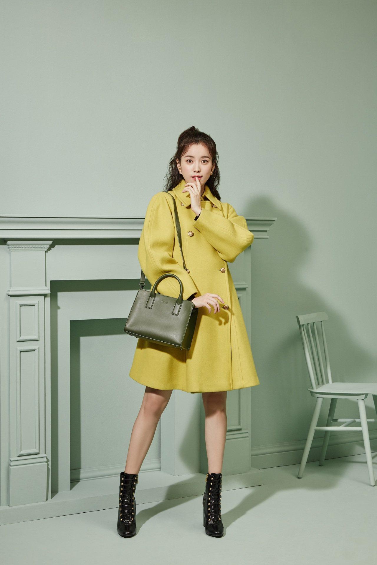 Lipault新推出「亞洲限定系列」,找來韓國女星韓孝周示範一系列穿搭照。方型手...