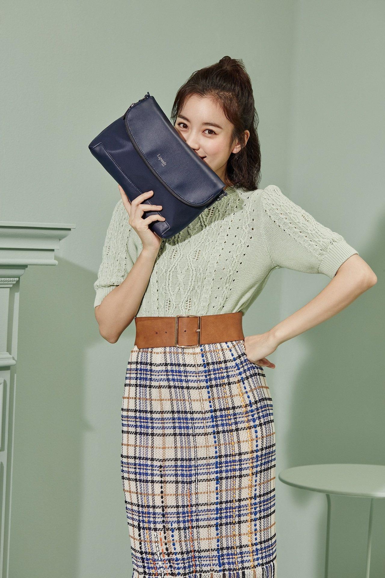 Lipault新推出「亞洲限定系列」,找來韓國女星韓孝周示範一系列穿搭照。翻蓋拼...