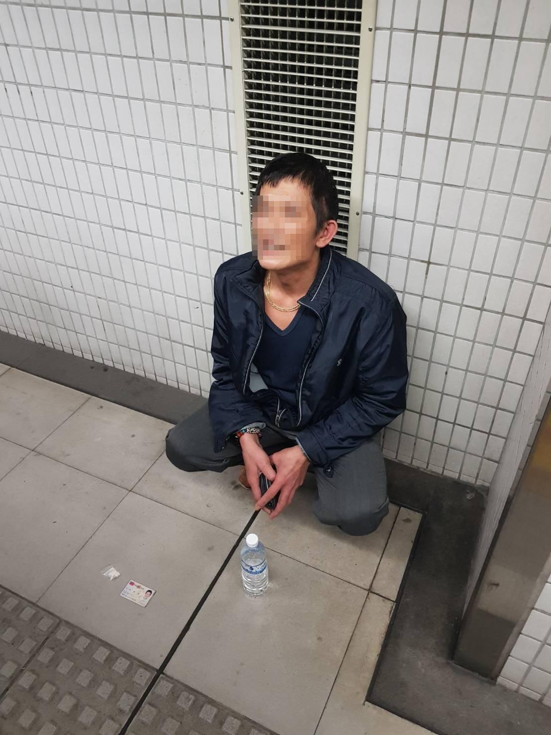 警方在南港火車站月台逮捕李姓毒蟲。圖/警方提供
