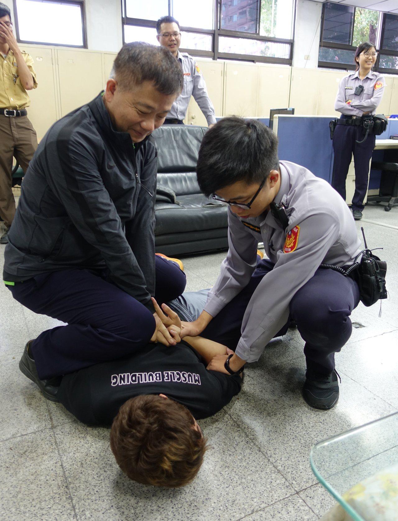 警方今在派出所示範柔道大外割。記者劉星君/攝影