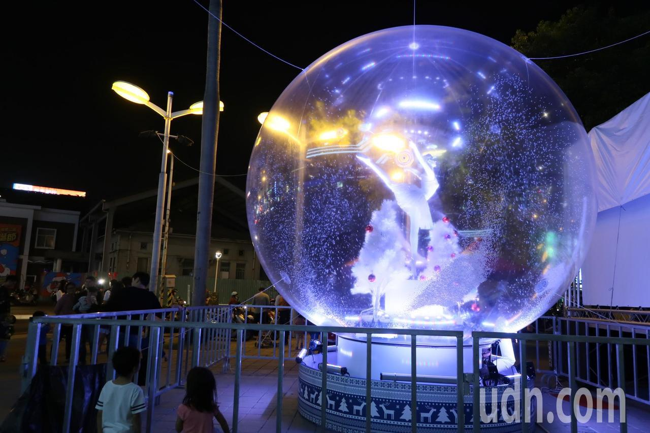 屏東聖誕節今晩試燈,民眾驚豔連連,提前感受聖誕氣氛。記者翁禎霞/攝影