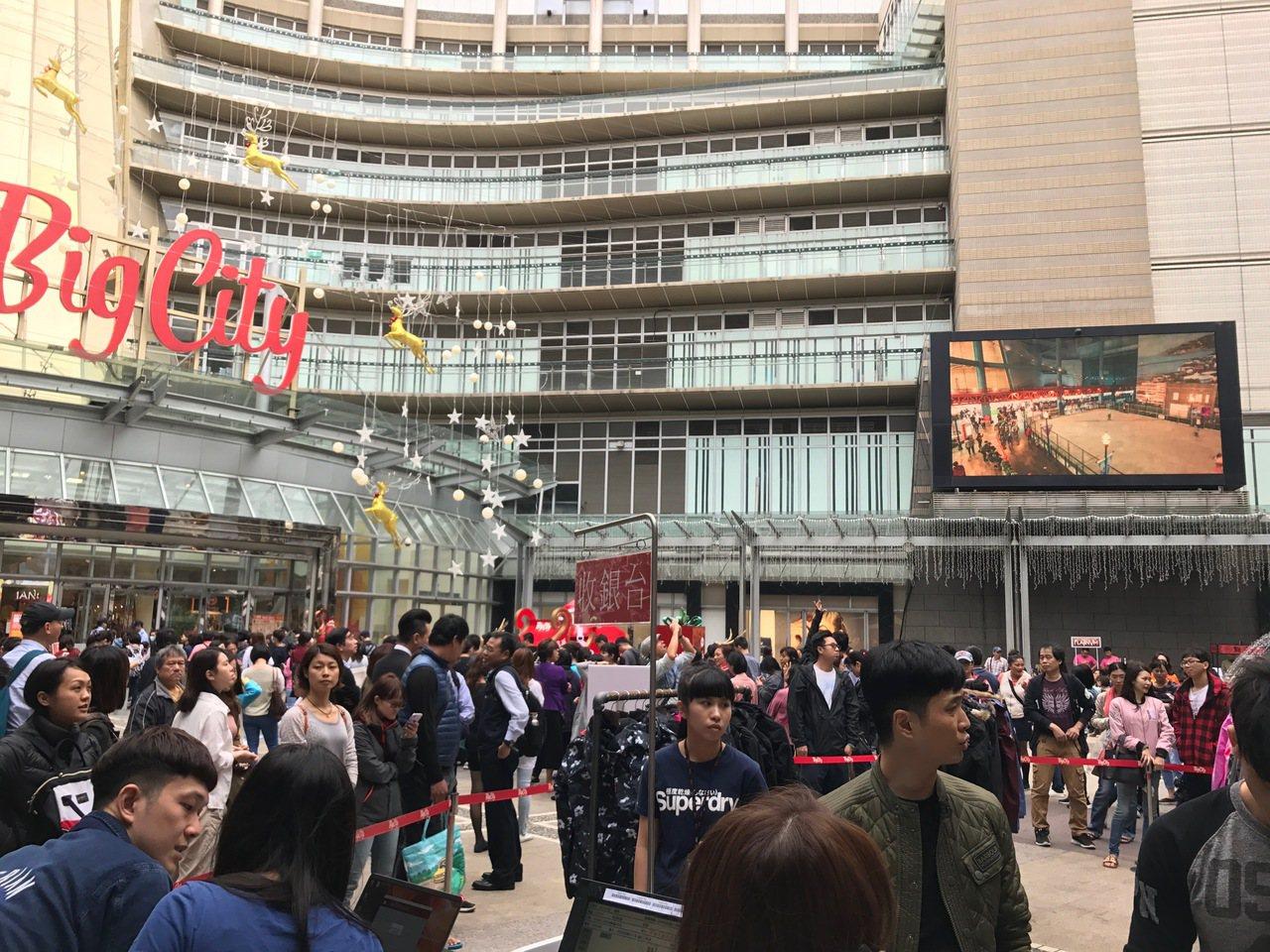 巨城購物中心開店前,就吸引大批人潮排隊搶好康。業者/提供