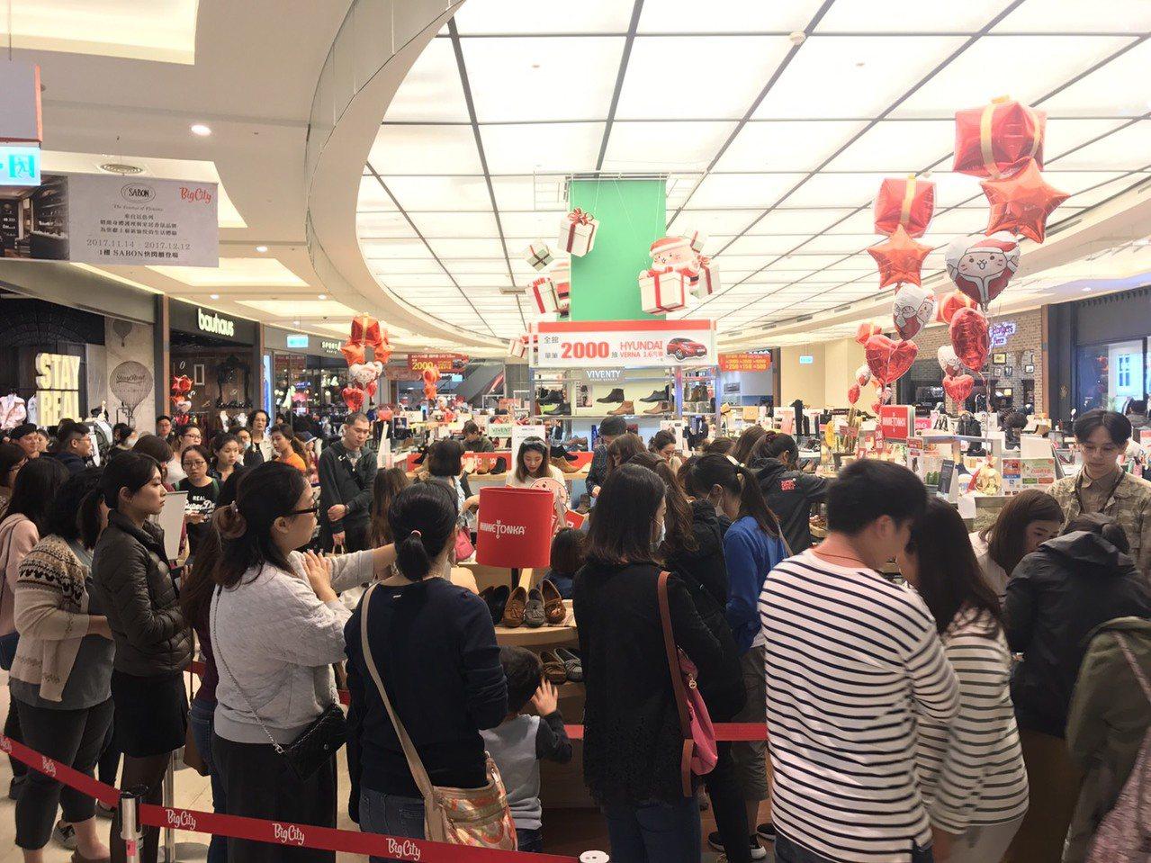 在優惠商品促銷下,巨城購物中心周年慶買氣與人氣爆發。業者/提供