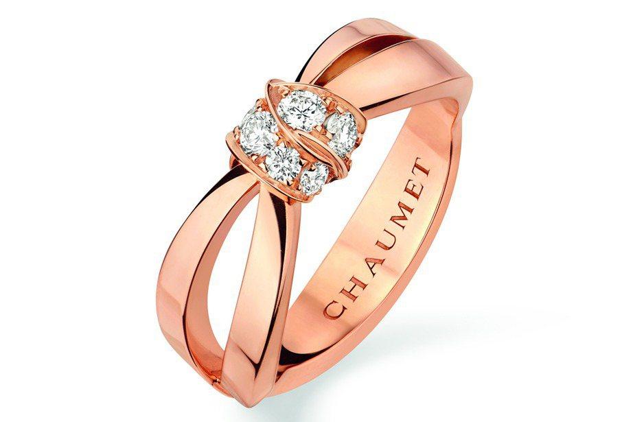 潔西卡現身機場時配戴的Liens Seduction18K玫瑰金戒指,10萬1,...