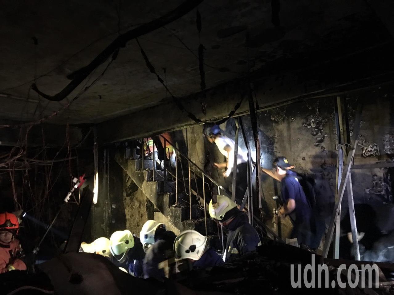 土城公寓大火,疑似遭人丟擲汽油彈縱火。記者蘇健忠/攝影
