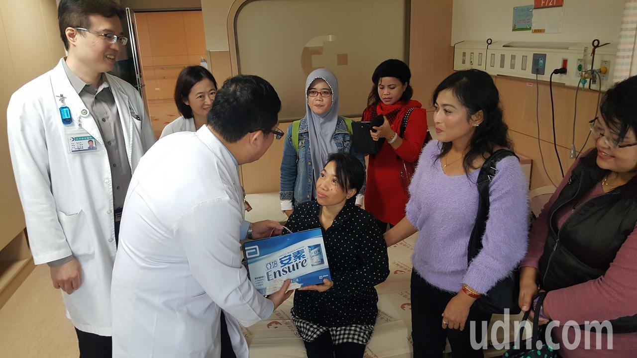 印尼籍看護AMY(中)約滿返鄉前因急性腎衰竭併發敗血症住進大千醫院加護病房,醫師...