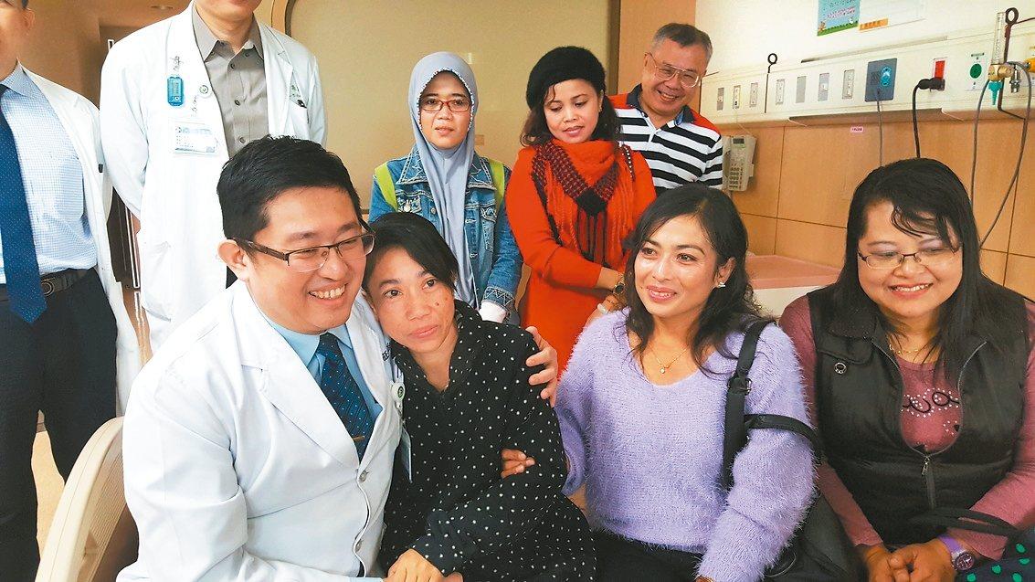 印尼籍看護Amy(左二)罹患子宮頸癌,在大千醫院、印尼同鄉姊妹的協助下,完成階段...