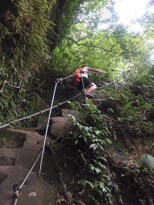 從摩天瀑布到枇杷洞瀑布前進不到300公尺,大約攀升85公尺,幾乎都要攀繩才好爬升...