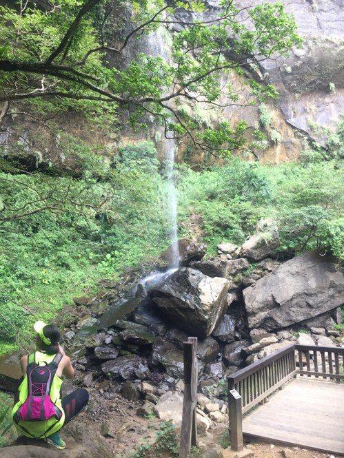 三貂嶺步道沿途經過合谷瀑布、摩天瀑布、枇杷洞瀑布等三大瀑布,每個瀑布雖各擁姿態,...