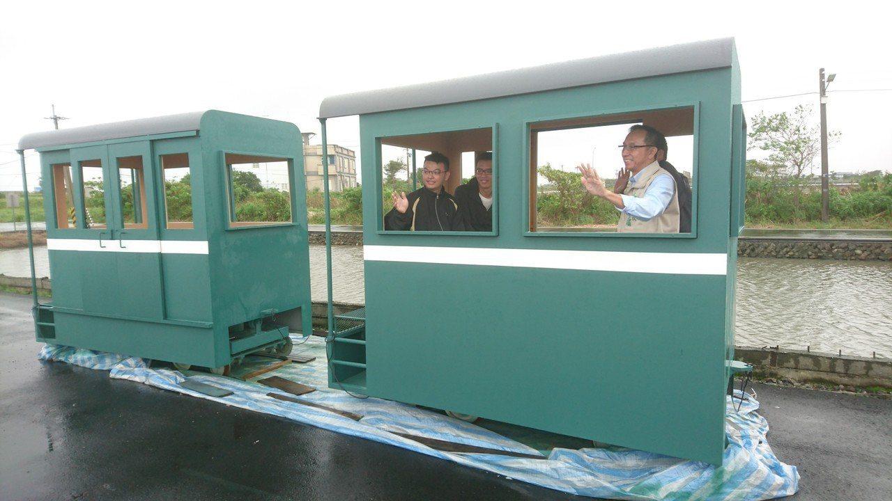 三星鄉公所打造複刻版的森林小火車,有兩節車廂可載客。 記者羅建旺/攝影