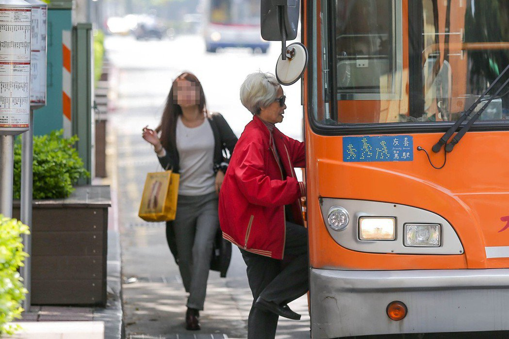 長者搭乘大眾運輸工具有敬老半價票優惠。圖/本報系資料照