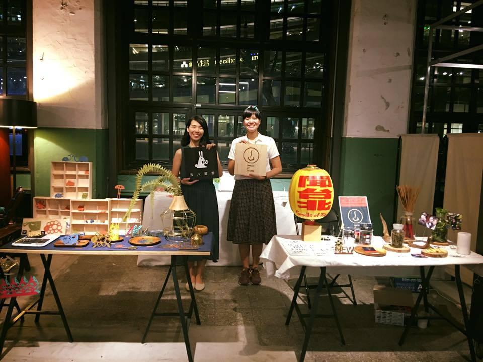島作市集上,黃蓉(右)的「Smells of Taipei」與「五八剪剪」相鄰。