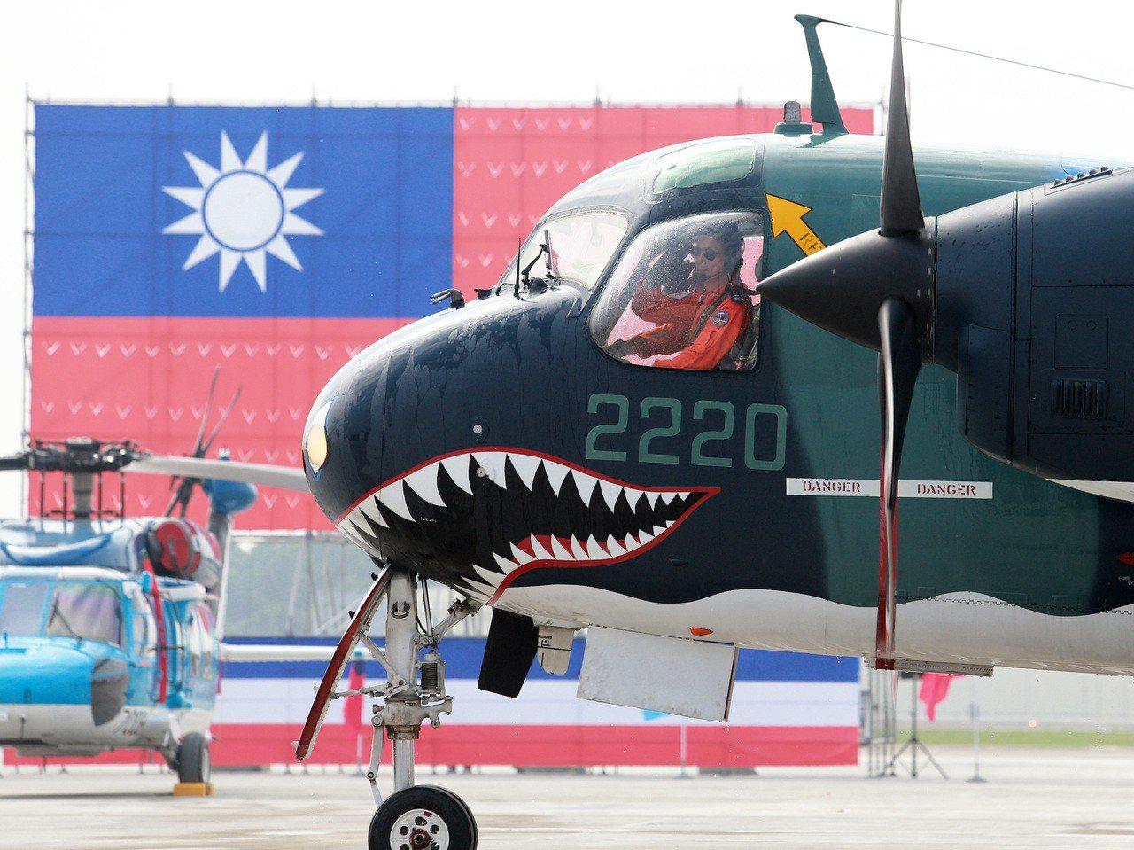 蔡英文總統昨天南下屏東主持空軍P-3C成軍典禮,並見證捍衛台海數十年的S-2T最...