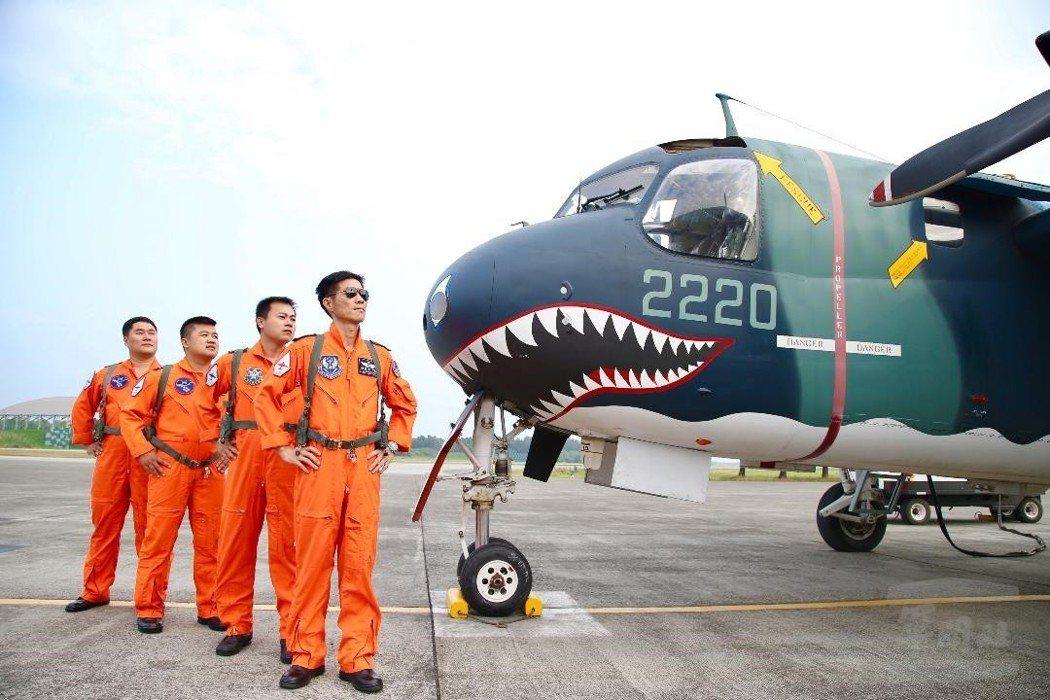 2220號S-2T與最後飛行的四位組員。 圖/軍聞社