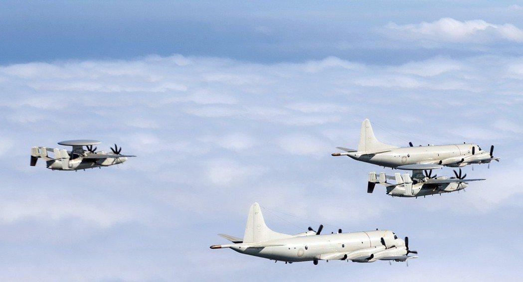 P-3反潛巡邏機與E-2空中預警機混合編隊。 圖/軍聞社