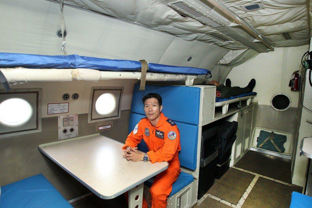 P-3機內有組員休息區與兩張床鋪,但如果出長程任務,大家還是得攜帶墊子,在地板上...