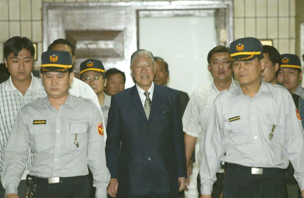 2003年,李登輝因興票案到台北地檢署出庭,維安滴水不漏。本報資料照片