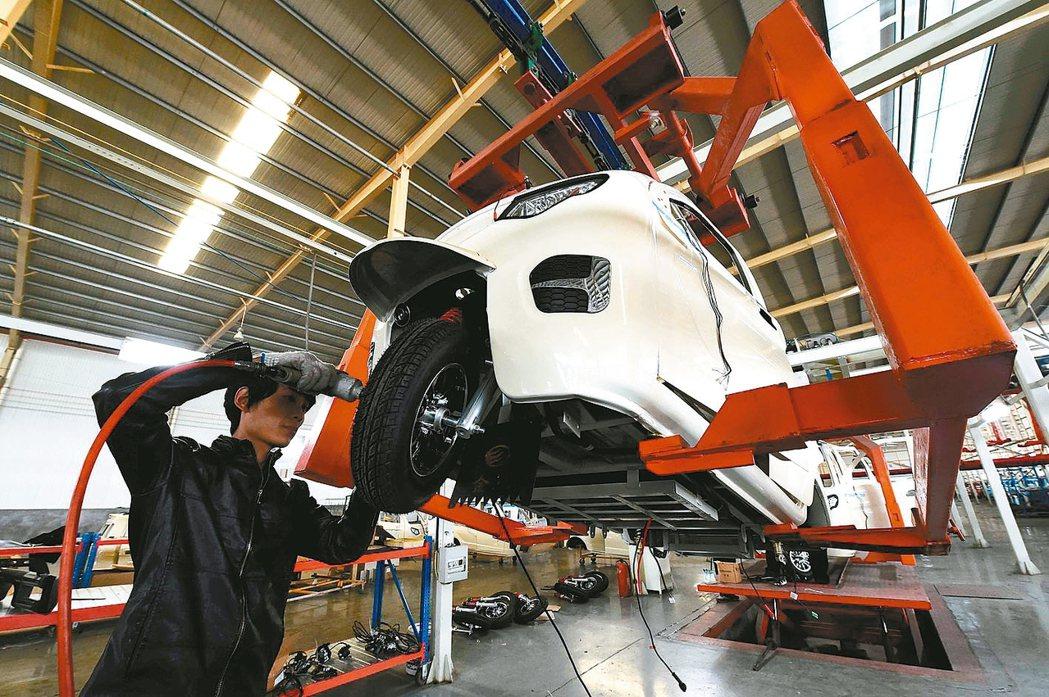 大陸11月製造業PMI為51.8,優於預期。圖為工人在山東某電動車工廠工作。 新...