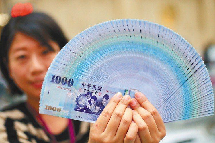 新台幣今天午盤以30.027元兌1美元,升值0.1分暫收,成交金額為5.16億美...