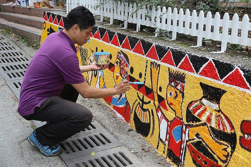 胡毓倫正在用油漆調整學生的勇士射箭、山豬、飛鼠、松鼠、台灣黑熊、眼鏡蛇、陶甕、小...