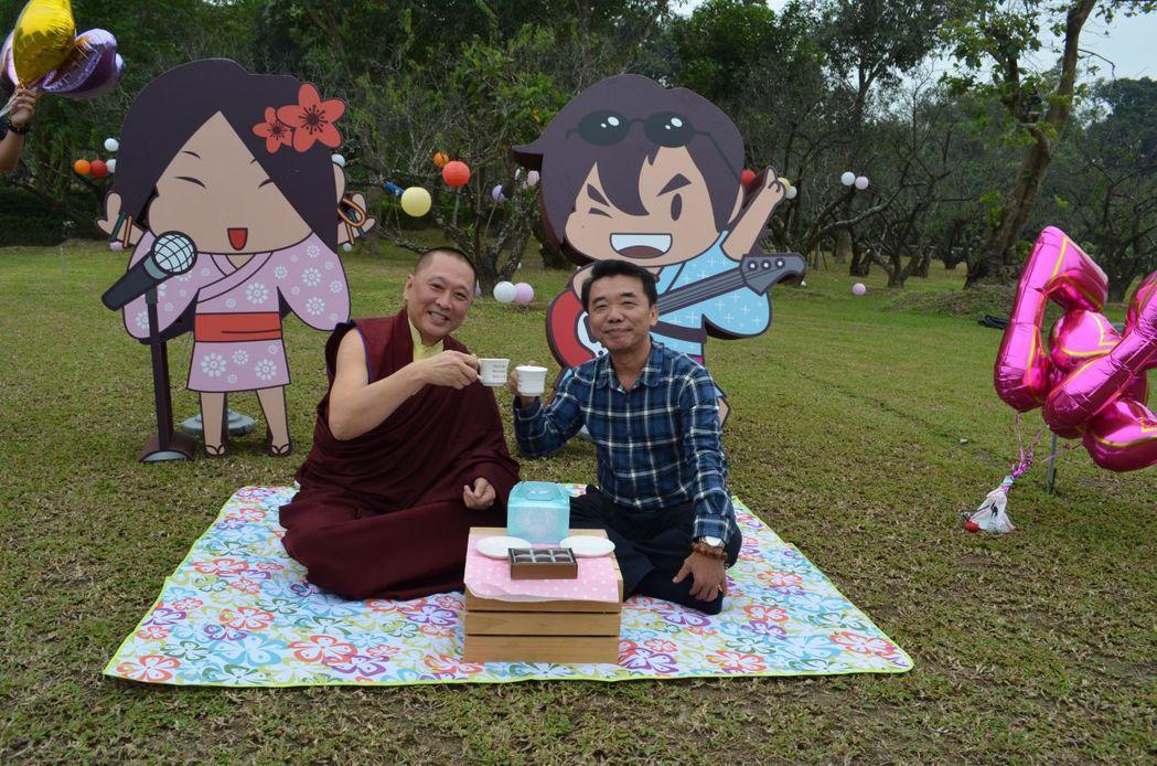 仁波切(左)與張隆城(右)邀請大家來品咖啡。  陳慧明 攝影
